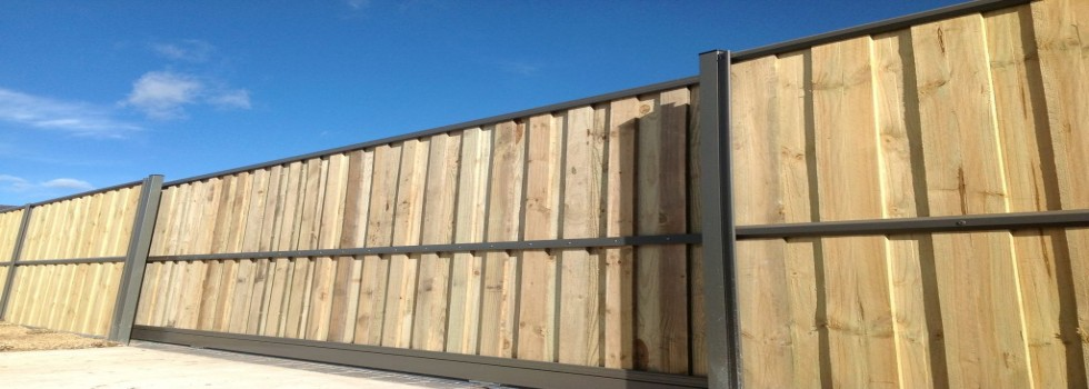 Kwikfynd Lap and cap timber fencing 1