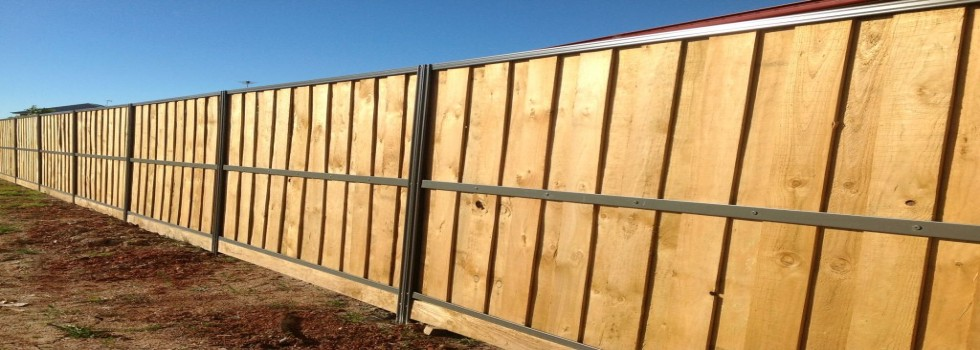 Kwikfynd Lap and cap timber fencing 4